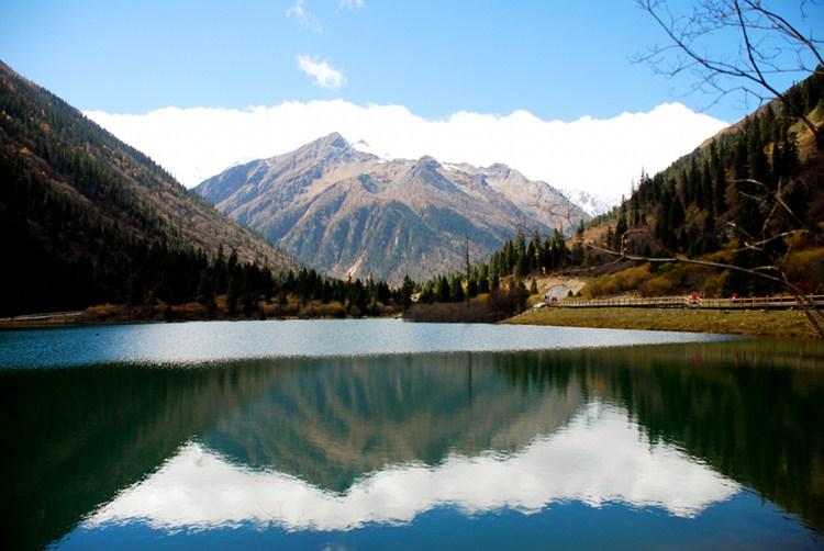 早餐后前往【达古冰川风景区】,全天游览,沿途可游览【金猴湖】,后